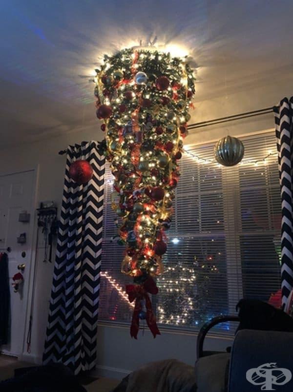 Ако нямате място на земята за Коледна елха, то поставете я на тавана.