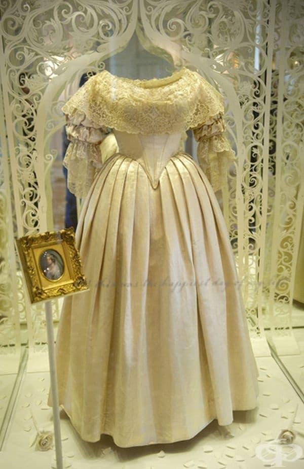 Кралица Виктория, 1840 г. Кралица Виктори въвежда тенденцията за бял цвят сред сватбените рокли с нейната сватба за принц Алберт през 1840 г.