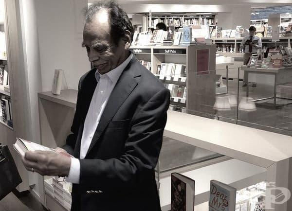 Баща имигрант се завръща в книжарницата, където преди 60 години е научил английския език, за да вземе нов роман на сина си.