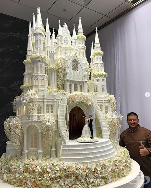 Замък. Трудно е да си представим, но тази торта се състои от 19,6 хиляди отделни части, свързани заедно. Можете да преброите 712 прозорци и 9000 сладки цветя, които се състоят от 126 000 венчелистчета. Това е пример за невероятно изкуство!