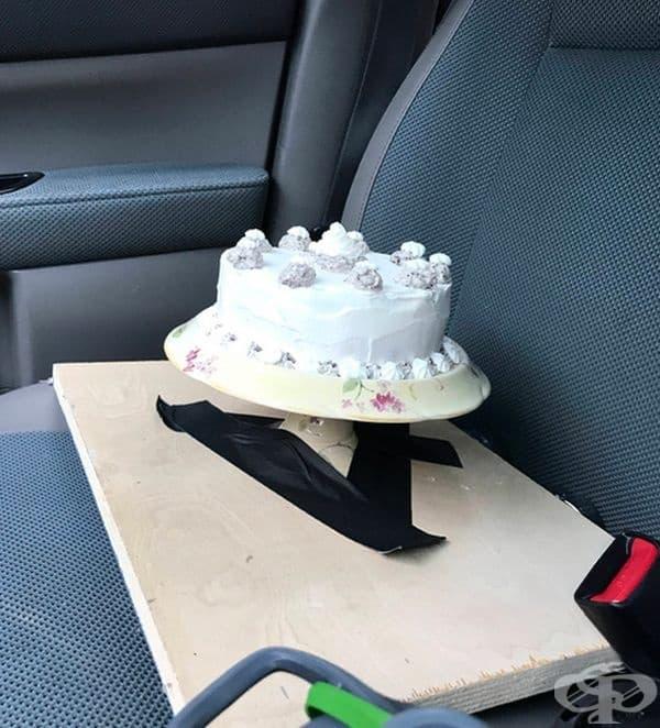Можете да транспортирате торта с помощта на парче шперплат и PVC тиксо.