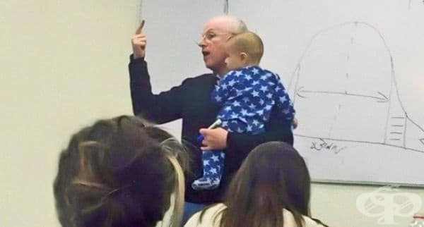Студентка води бебето си в час, защото не може да си позволи да го остави на бавачка. Когато то започва да плаче, професорът го вдига на ръце и го успокоява през цялото време, без да прекъсва лекцията.