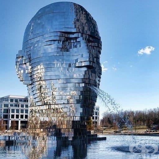 """Чешкият скулптор Давид Черни създава огледалният фонтан """"Метаморфоза"""". Той тежи цели 14 тона и може да се върти на 360 градуса. (Местоположение: Шарлът, Северна Каролина, САЩ.)"""