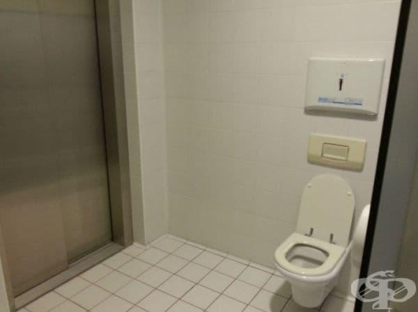 Последното нещо, което очакваш да видиш в тоалетната, е асансьор!