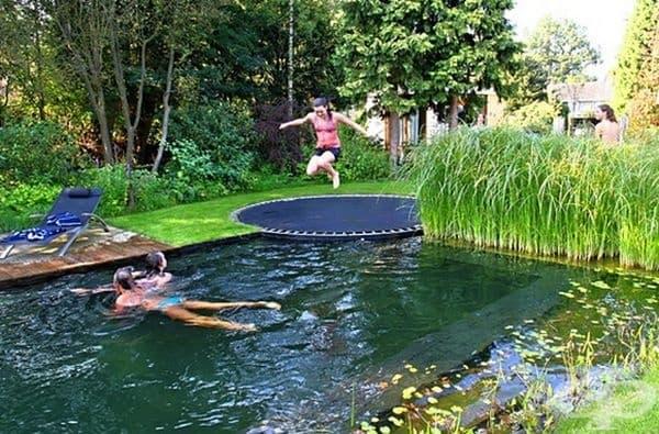 Направете батут край басейна.