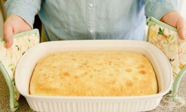 Блатът на тортата ви се е залепил за тавата. За да го извадите, без да го нараните, поставете тавата от фурната върху мокра кърпа. Изчакайте малко и извадете лесно. Този трик ще спаси вашата торта.