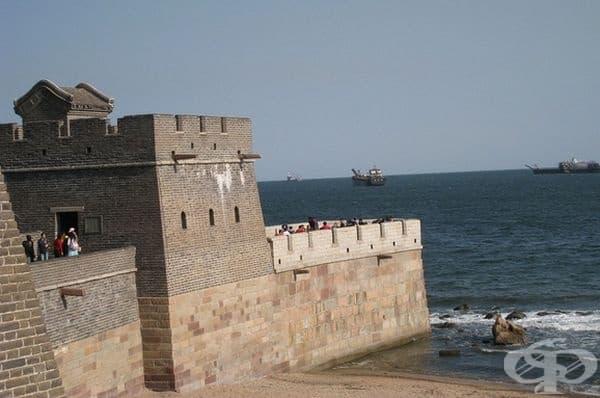 Великата китайска стена завършва на брега на морето Бохай.