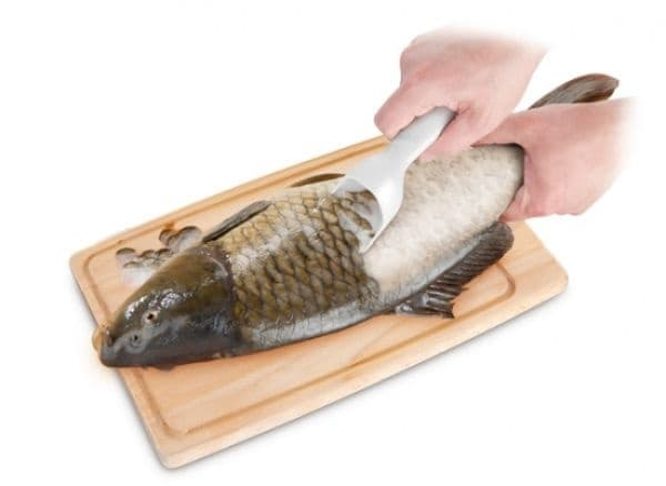 Практичен уред за почистване на риба.