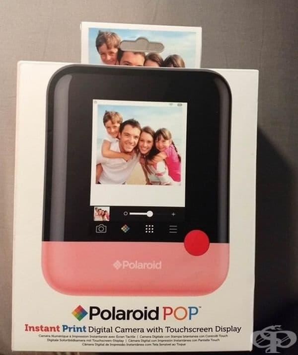 """Оригинална опаковка за цифров фотоапарат """"Polaroid"""" с току-що направена снимка."""