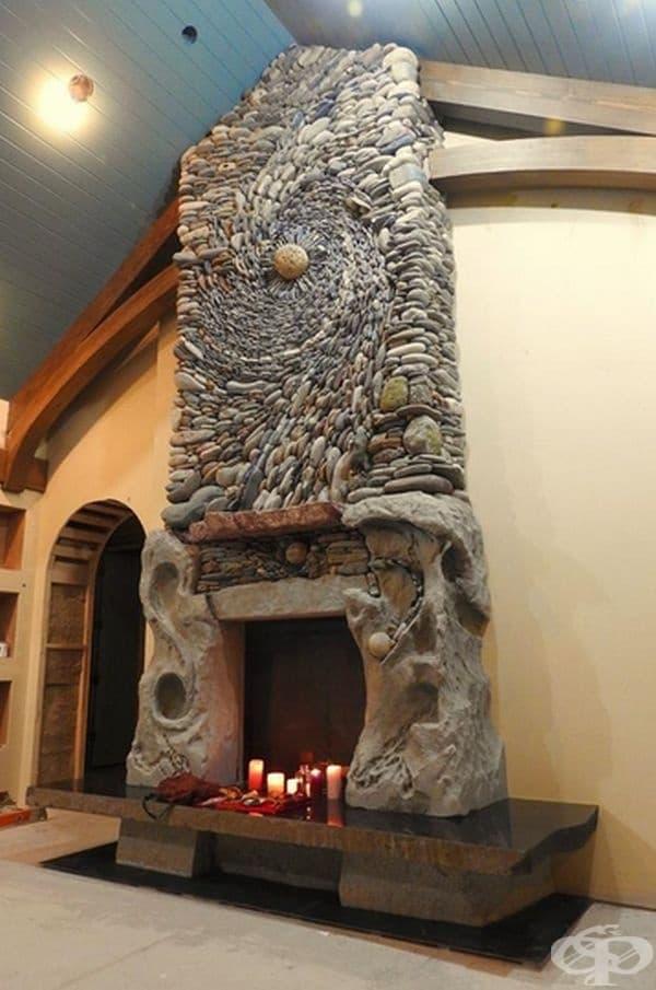 Впечатляваща камина от ръчно наредени камъни.