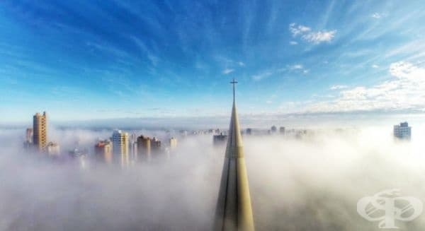 Кадър от района на катедралата в Мардинг, символ на града, потънал в мъгла. Уникално изображение! Парана, Бразилия.