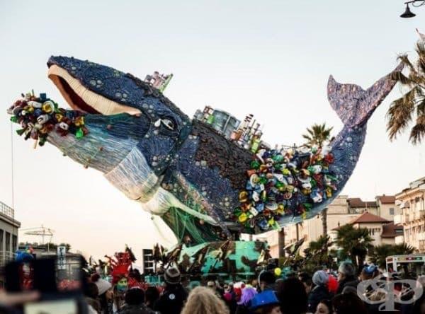 Гигантски умиращ кит, задушаван от пластмаса за еднократна употреба, бе представен на парада за карнавала Виареджо в Италия.