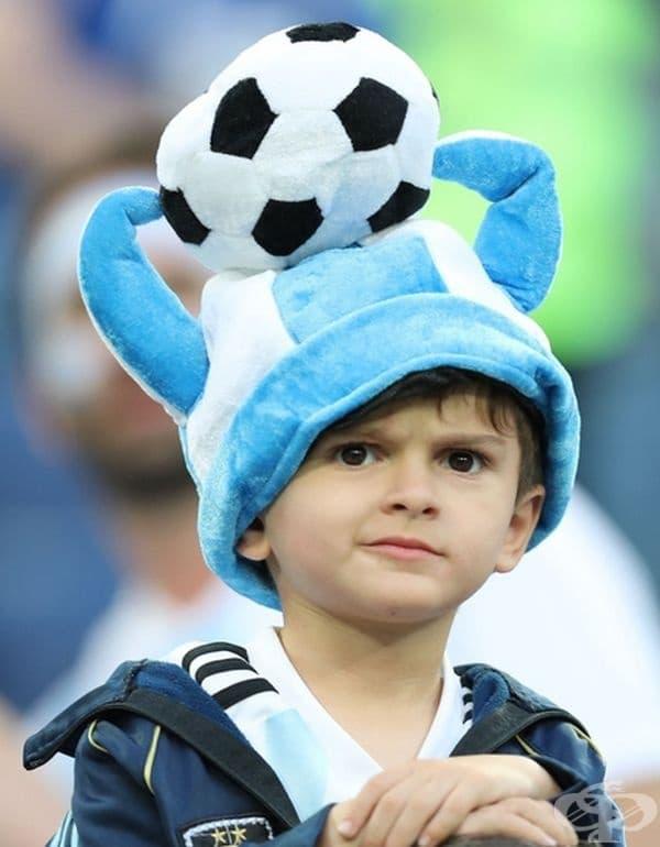 Малко момче от Аржентина е разстроено от резултатите на играта Аржентина - Нигерия.