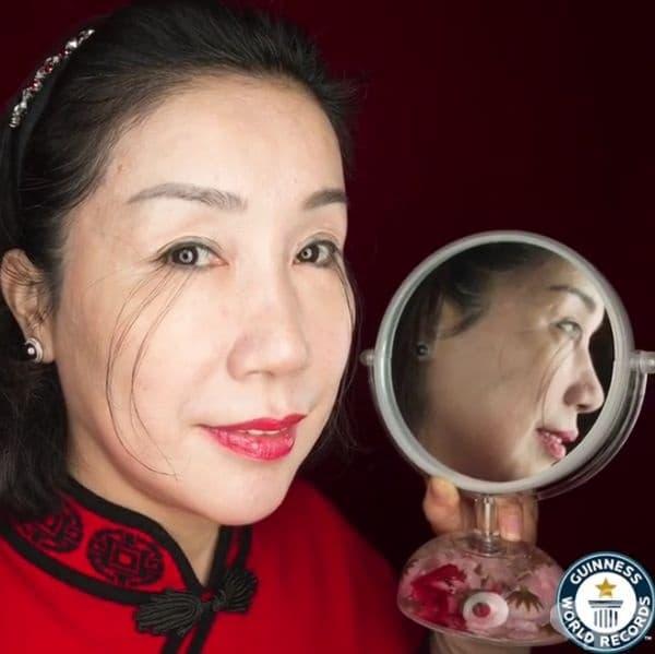 Ю Джан Сия от Шанхай е рекордьор за най-дългите мигли в света - 12,40 см. Тя твърди, че те са започнали да растат много бързо едва през 2013 г., след като жената е започнала природозащитен начин на живот.