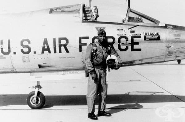 Снимка на първият афроамерикански астронавт Робърт Лоурънс на 30 юни 1967 г. За съжаление той почина при катастрофа на самолет на 8 декември 1967 г. и не можа да излети в космоса.