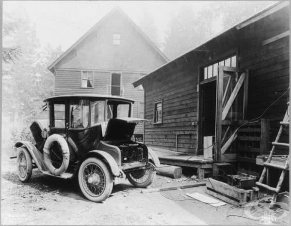 Електромобил, който се зарежда, 1919 г. Той е бил създаден от компанията Detroit Electric.