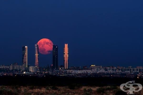 Луна се издига над Мадрид, Испания.