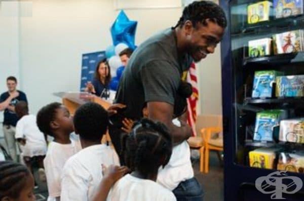 """Играч от """"Вашингтон Редскинс"""" се радва на любовта и вниманието на децата от Благотворителната организация The Salvation Army."""