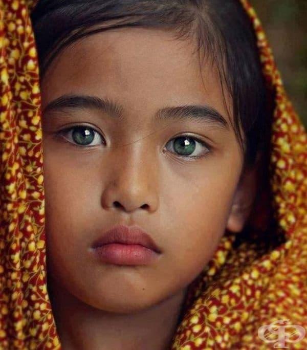 Това момиче е прекрасно, а зелените й очи се вглеждат направо в душата ви.