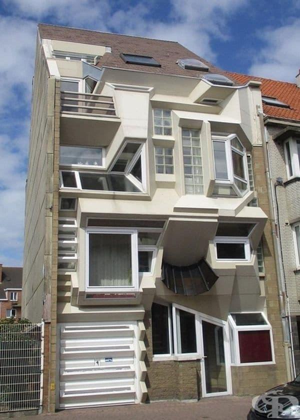 Собствениците определено не са се спрели само на един дизайн за прозорци.