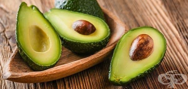 Авокадото има много мастни киселини, които се борят с възпалението и спомагат за гладка и еластична кожа. Също така авокадото съдържа различни основни хранителни вещества: витамини К, С, Е и А, витамини от група В, калий.