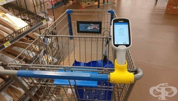 Пазарска количка със скенер, информиращ за общата сума на покупките в нея.