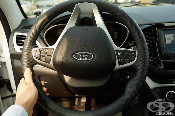 Преди да напуснете автомобила, завъртете волана надолу. В горещи дни това ще помогне да се съхрани хладна частта, за която държите волана.