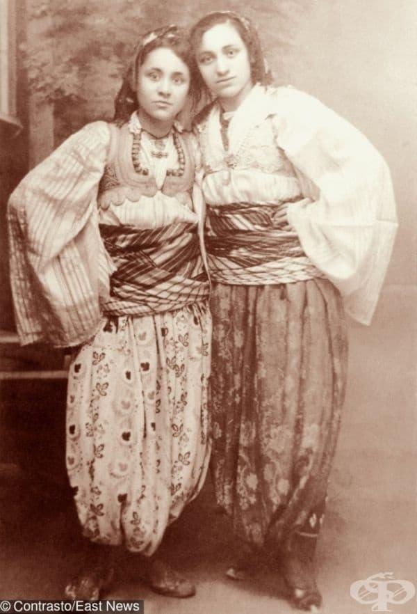 Тук тя е със своята сестра (вляво), облечена в традиционен албански костюм. На снимката майка Тереза все още се нарича Анжезе Гонче Божаххиу и е само на 13 години.