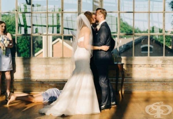 В момента на първата брачна целувка сестрата на младоженеца загубва съзнание.
