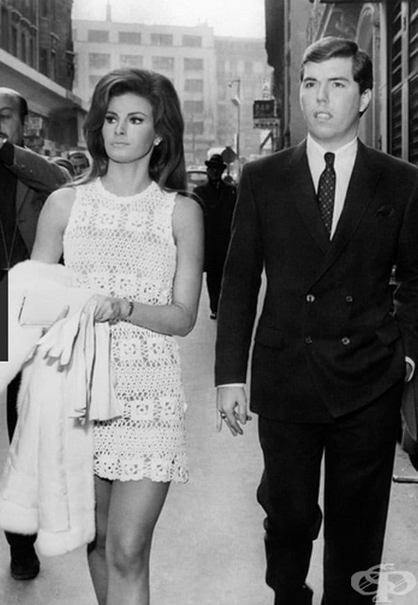 Ракел Уелч, 1967г. Известната актриса се омъжва за продуцента Патрик Къртис в Париж в деня на Свети Валентин в небрежно бяла лятна рокля.