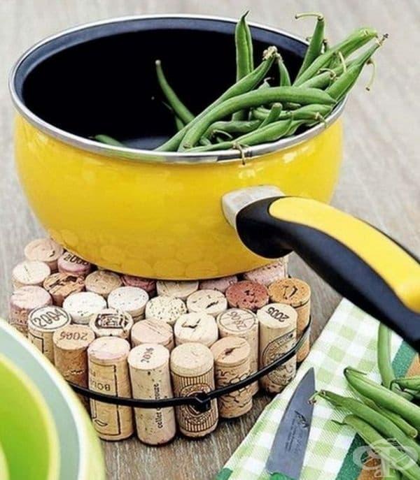 Тапи за вино във функцията на дъска.