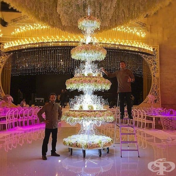 Гранде. Тортата е висока близо 5 м., но изглежда доста лека, благодарение на специална стойка. Карамелените свещи и цветни декорации правят външния вид по-елегантен и нежен.