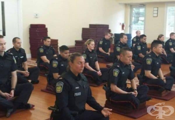 Медитация на полицаи преди начало на смяната. В някои провинции на Канада е прието работния ден на полицаите да започва с колективна медитация, за да се отстрани излишното напрежение.