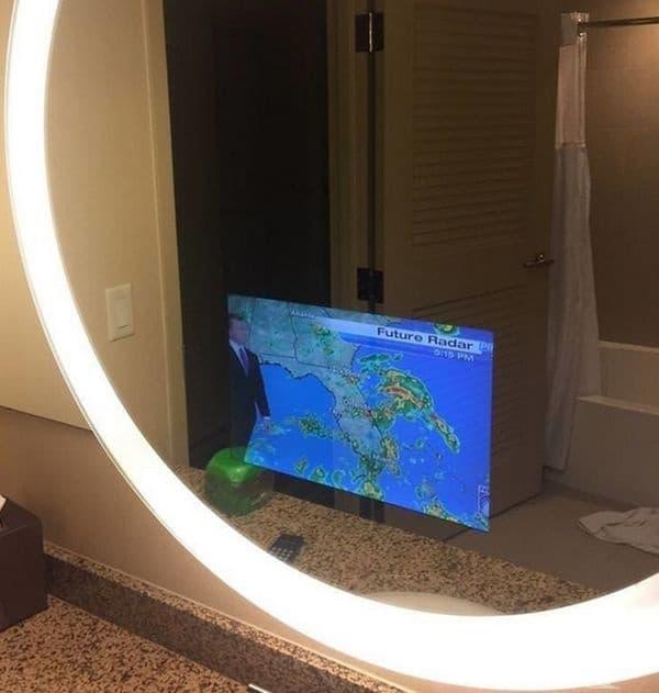 В това огледало има вграден телевизионен екран.