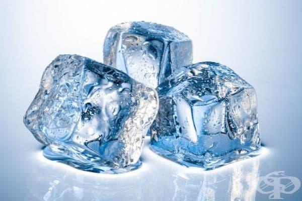 Лед. Увийте кубче лед в кърпа и прикрепете към болното място. Този метод ще облекчи болката за малко. Нужно е консултация със специалист.