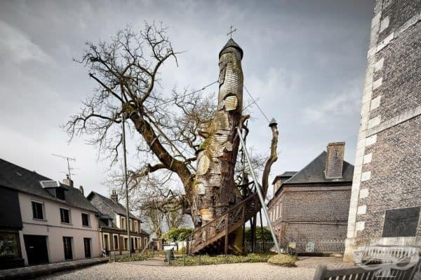 Хиляда-годишен дъб в параклис, Франция.