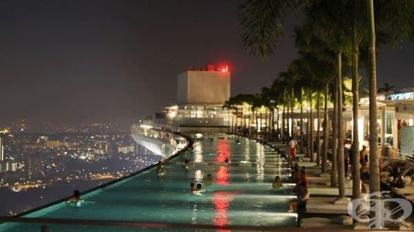 Марина Бей Сандс, Сингапур. Най-големият панорамен басейн в света на покрива на 57-етажна сграда с изглед към целия остров ... Какво още да добавим?! Дължината на това инженерно чудо е 150 метра!