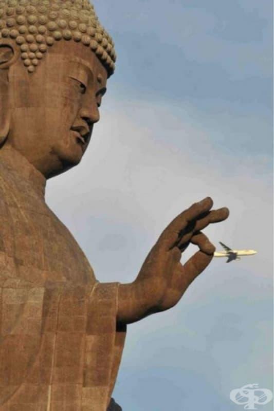 Статуята на Буда държи небрежно... самолет.