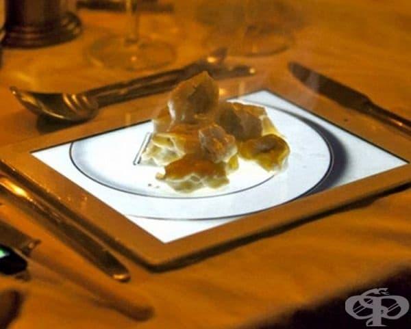 Десерт, сервиран на таблет с изображение на чиния.