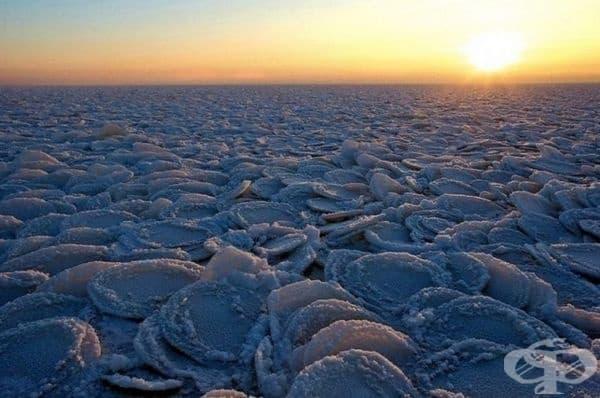 Лед във формата на палачинки.