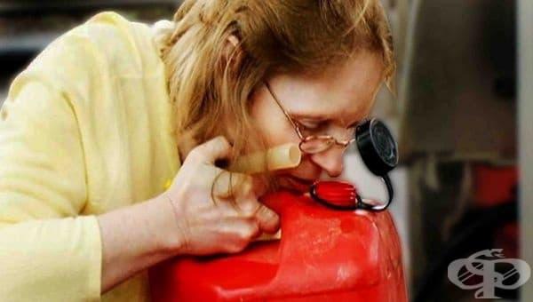 Странна склонност към миризми. Това се дължи на липсата на кислород в кръвта, което води до анемия.