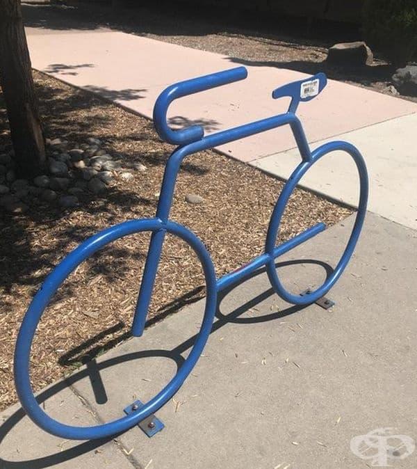 Паркинг за велосипеди във формата на велосипед.