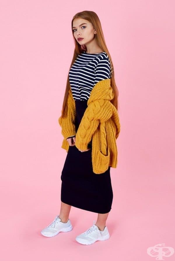 Вечерен уют. Плетен пуловер, свободна дълга пола и разбира се, удобни маратонки. Този образ може да се нарече една дума: комфорт. Идеален е за вечерни събирания с приятели.