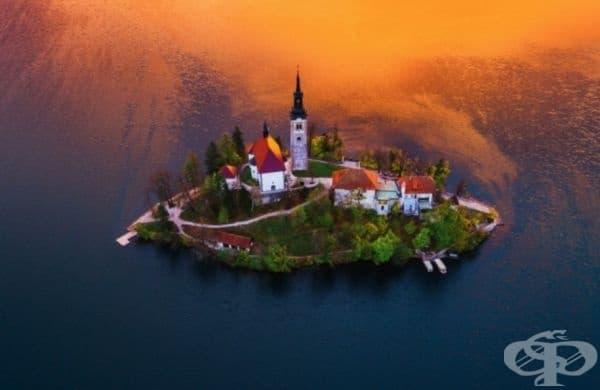 """Поглед отвисоко на църквата """"Успение Богородично"""" в езерото Блед, Словения."""