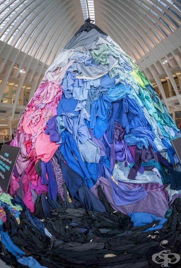 8-метрова инсталация, изработена от употребявани дрехи. Предназначена е да привлече вниманието към обема на облеклото, възлизащ на 10,5 милиона тона, което се изхвърля всяка година.