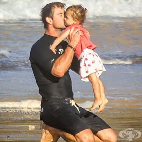 Овладяването на вълните е забавно с татко.