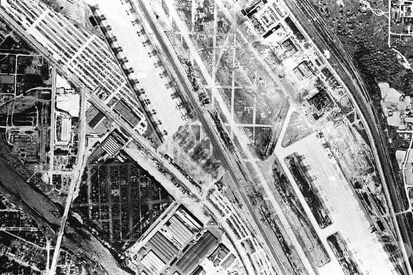 Погледнат отвисоко, заводът е изглеждал около 1,5 км., а всъщност е заемал площ от 164 995 кв.м. (1944 г. – 1945 г.)