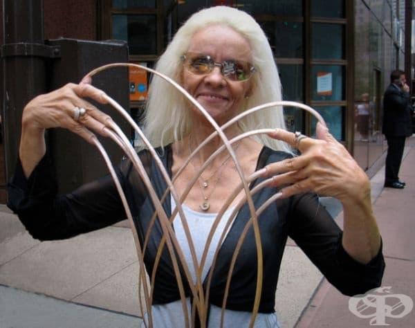 Жената с най-дълги нокти в света. Нейният рекорд бе официално записан в Книгата на рекордите на Гинес. Общата дължина на ноктите й е била 7 м 51,3 см. Лий Редмънд е отглеждала ноктите си от 1979 г. и е канена многократно в тв предавания.