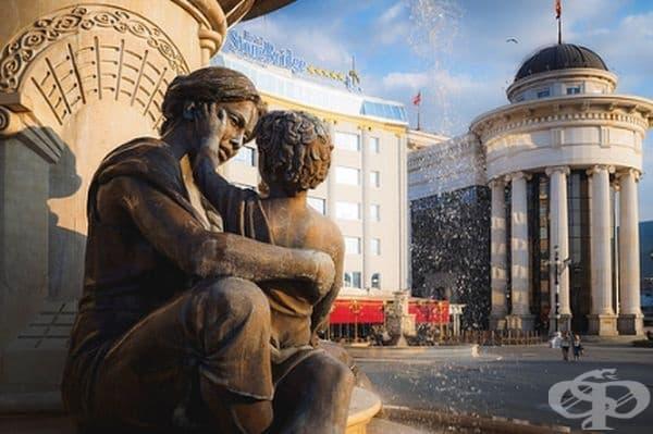 Майка и син, Скопие, Македония.