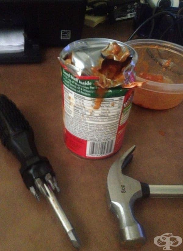 Отварянето на консерви си е трудна работа